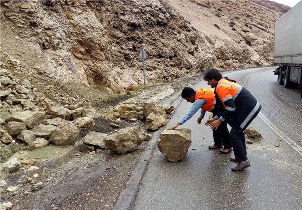 بسته شدن جاده سیرجان – حاجی آباد به علت ریزش کوه