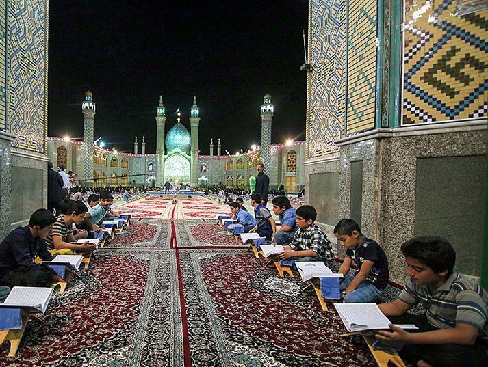 مراسم جزء خوانی امامزاده هلال(ع)آران وبیدگل از بزرگترین آئینهای قرآنی کشور