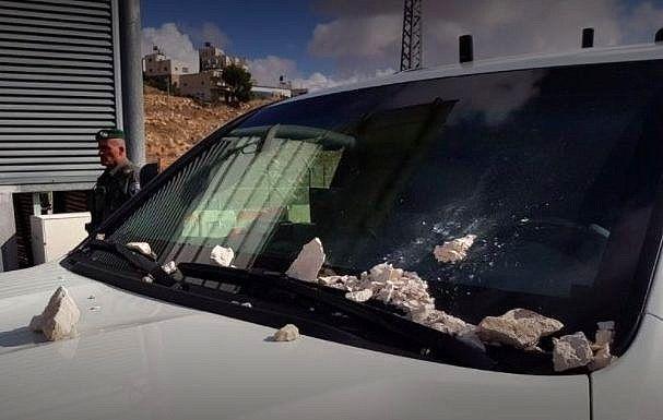 فلسطینی ها به وزیر امنیت اسرائیل سنگ پرتاپ کردند