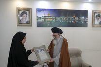 تولیت آستان شاهچراغ(ع) از پرچم دار محجبه کاروان ورزشی ایران در مسابقات پاراآسیایی جاکارتا تقدیر کرد
