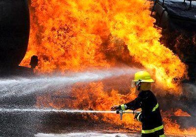 مهار آتش سوزی تانکر حامل روغن در جاده اسکله شهید رجایی