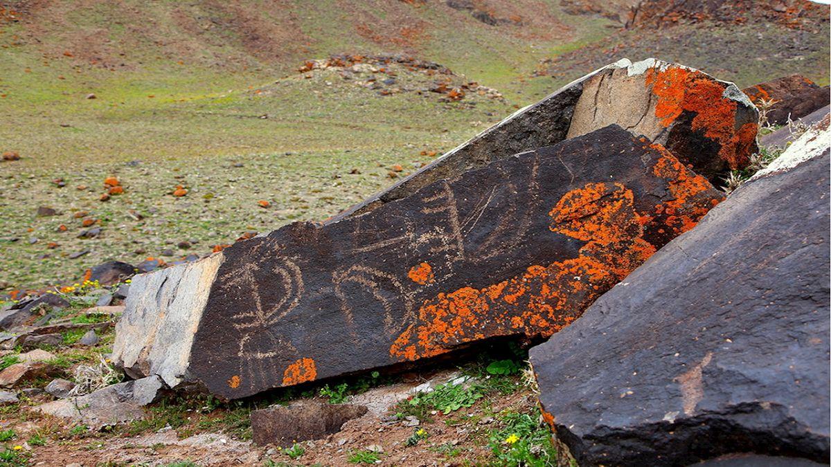 15 محوطه سنگ نگاره های نقوش صخره ای در مشگین شهر شناسایی شد