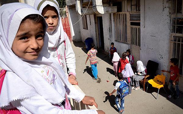 دانشآموزان نیازمند با کمک امام جمعه میبد به مدرسه رفتند