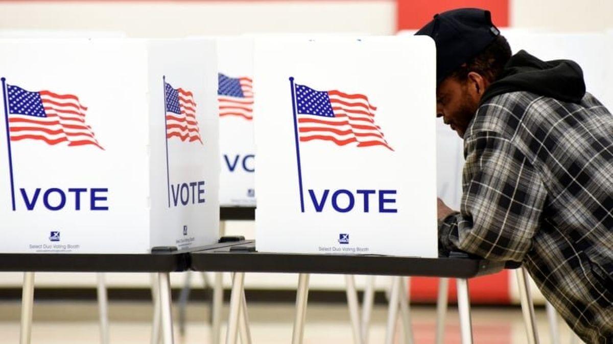 به آتش کشیدن یک صندوق رای در آمریکا