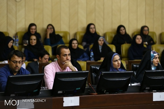 خبرنگاری که لاریجانی را دانشمند خطاب کرد / سوال از رییس مجلس تنها توسط چهار خبرنگار