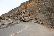 ریزش کوه در جاده امامزاده داوود و افتادن سنگ در راه تردد خودروها