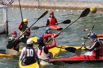 تیم کانوپولوی بانوان جوان در دریاچه آزادی به آب میزند