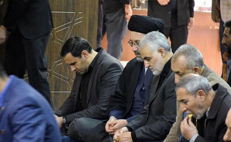 حضور سردار سلیمانی در مراسم عزای فاطمی در دفتر نماینده ولی فقیه کرمان