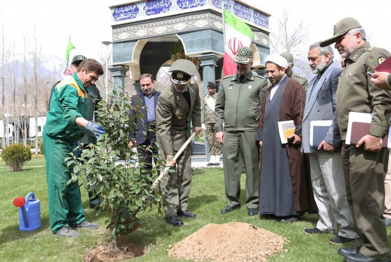 وزیر دفاع در جوار مزار شهدای گمنام دو نهال کاشت