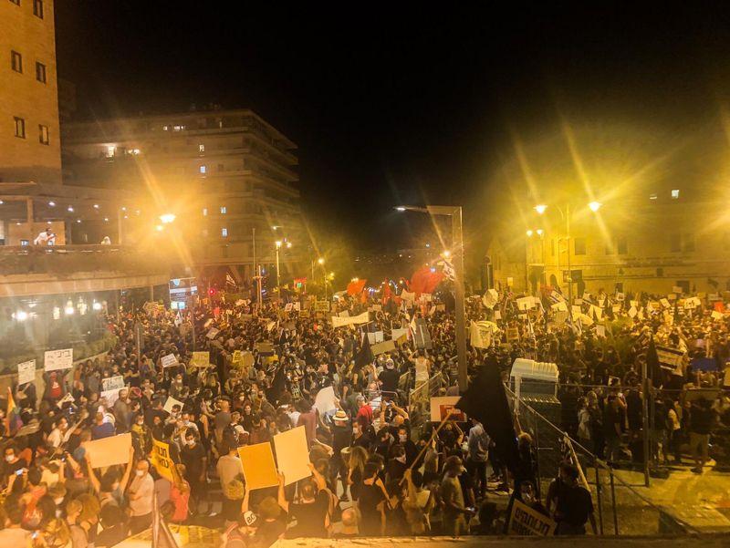 تداوم تظاهرات فلسطینیان مقابل محل اقامت بنیامین نتانیاهو
