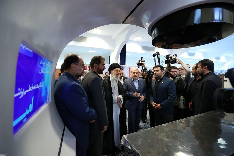 بازدید رهبر انقلاب از نمایشگاه شرکتهای دانش بنیان و فناوری های برتر