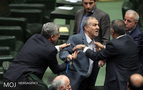 معاون پارلمانی جهاد کشاورزی یقه اش را درید